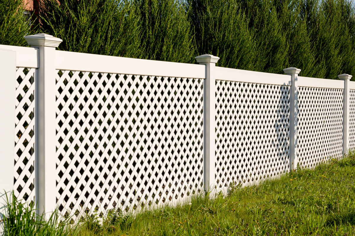Eight Reasons to Choose a Vinyl Fence
